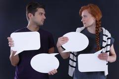 Paare, die leere Spracheblasen halten Lizenzfreies Stockfoto