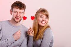 Paare, die Liebessymbole halten Stockfoto