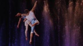 Paare, die Luftakrobatik durchführen stock footage