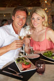Paare, die Mahlzeit im Restaurant genießen Lizenzfreies Stockfoto