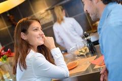 Paare, die Mahlzeit im Restaurant haben Stockfotos