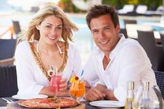 Paare, die Mahlzeit Restaurant im im Freien genießen Stockfoto