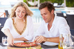 Paare, die Mahlzeit Restaurant im im Freien genießen Stockfotos