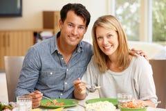 Paare, die Mahlzeit teilen Stockfotografie