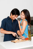Paare, die Mahlzeit vorbereiten Stockfoto