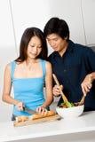 Paare, die Mahlzeit vorbereiten stockfotografie
