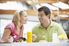 Paare, die am Mall zu Mittag essen stockfotografie