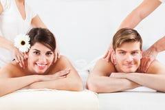 Paare, die Massage am Badekurort empfangen Lizenzfreie Stockfotografie