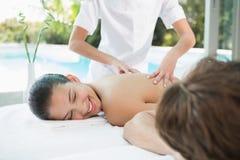 Paare, die Massage am Gesundheitsbauernhof genießen Lizenzfreie Stockfotos
