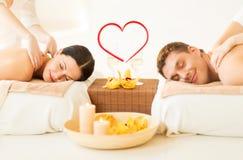 Paare, die Massage im Badekurortsalon erhalten Stockbilder
