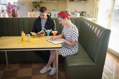 Paare, die Menü im Restaurant betrachten stockbilder