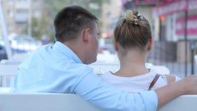 Paare, die Menüs in einem Restaurant betrachten stock video footage