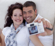 Paare, die mit Digitalkamera spielen Stockfoto