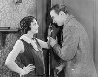 Paare, die mit einander sprechen und (alle dargestellten Personen, flirten, sind nicht längeres lebendes und kein Zustand existie Lizenzfreies Stockbild