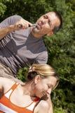 Paare, die mit Ezigarette sich entspannen Stockbilder