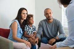 Paare, die mit Familienratgeber sprechen Stockfoto