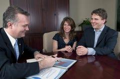 Paare, die mit Financail Berater sprechen Stockbild