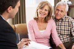 Paare, die mit Finanzberater sprechen Stockfotografie