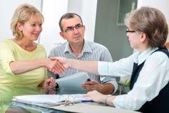 Paare, die mit Finanzberater sprechen Stockfoto