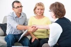 Paare, die mit Finanzberater sprechen Lizenzfreie Stockfotos