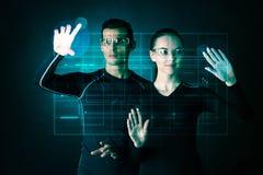 Paare, die mit futuristischer Anzeige arbeiten Lizenzfreie Stockbilder