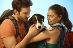 Paare, die mit Hund wandern Lizenzfreies Stockfoto