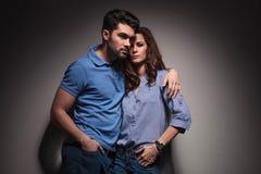 Paare, die mit ihren Händen in den Taschen aufwerfen Stockbilder
