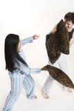 Paare, die mit Kissen kämpfen stockfotografie