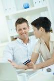 Paare, die mit Kreditkarte kaufen Lizenzfreie Stockfotografie