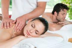 Paare, die mit Massage sich entspannen