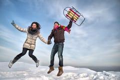 Paare, die mit Pferdeschlitten springen. Lizenzfreie Stockbilder