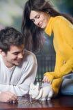 Paare, die mit piggy Querneigung spielen Lizenzfreie Stockfotos