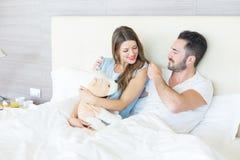 Paare, die mit Plüschtier-Spielzeug spielen Stockbilder