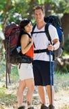 Paare, die mit Rucksäcken wandern Lizenzfreie Stockfotografie
