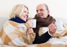 Paare, die mit Tee aufwärmen Stockfotos