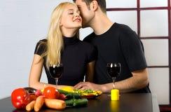 Paare, die mit Wein feiern stockbild