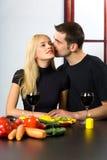 Paare, die mit Wein feiern stockfoto
