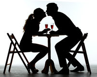 Paare, die mit Wein-Glas auf Tabelle zu Abend essen Lizenzfreies Stockfoto