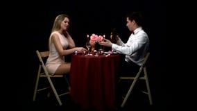 Paare, die mit Wein-Glas auf Tabelle zu Abend essen stock video footage