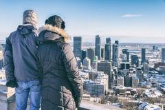 Paare, die Montreal-Skyline betrachten Lizenzfreies Stockfoto
