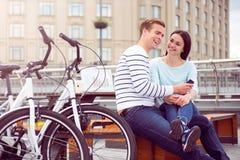 Paare, die Musik auf dem Smartphone hören Lizenzfreie Stockfotografie