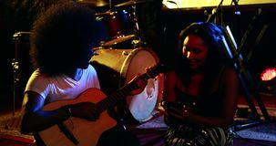 Paare, die Musik auf Konzert 4k proben stock footage