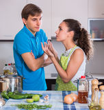 Paare, die nach dem Abendessen Teller abwischen Lizenzfreies Stockfoto