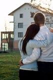 Paare, die nach einem Haus suchen Stockbild