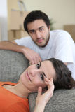 Paare, die nach ermüdendem Tag sich entspannen Stockfoto
