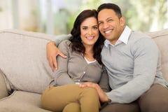 Paare, die nach Hause sitzen Lizenzfreie Stockfotografie