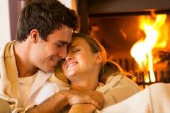 Paare, die nach Hause umfassen stockfoto