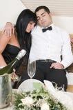 Paare, die nach Party des neuen Jahres schlafen Stockfotografie