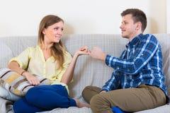 Paare, die nach Streit versöhnen Stockfotos