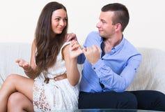 Paare, die nach Streit versöhnen Lizenzfreies Stockfoto